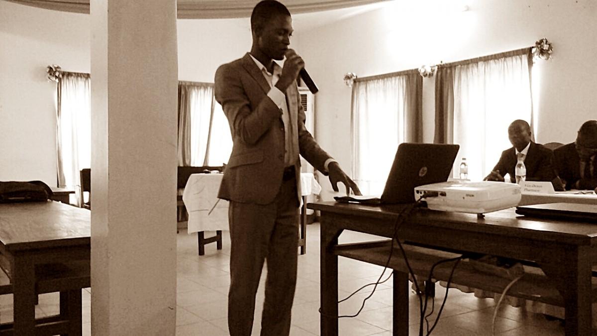 un étudiant qui fait un discours